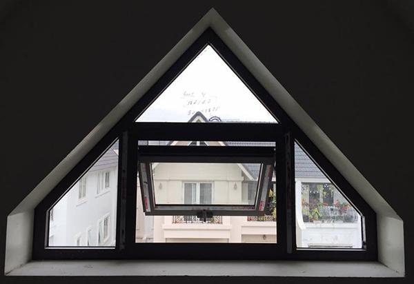 Mẫu cửa sổ mở hất 1 cánh kết hợp vách kính tam giác nhôm Xingfa nhập khẩu
