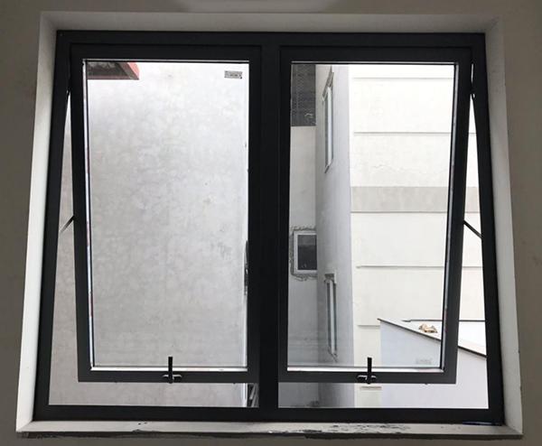 Mẫu cửa sổ nhôm Xingfa mở hất 2 cánh màu trắng sứ + kính hộp cách âm cách nhiệt + nan trang trí bên trong