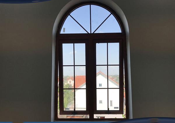 Mẫu cửa sổ mở hất 2 cánh nhôm Xingfa uốn mái vòm cong (Sử dụng kính hộp 2 lớp cách âm cách nhiệt có nan trang trí bên trong)