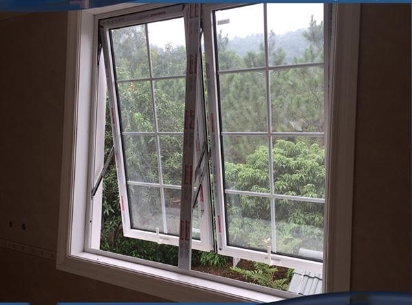 Mẫu cửa sổ mở hất 2 cánh nhôm Xingfa mầu trắng sứ dùng kính hộp cách âm cách nhiệt có nan trang trí bên trong