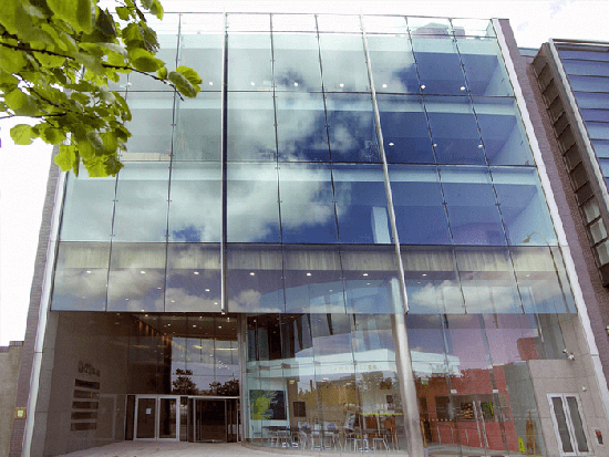 Lắp đặt mặt dựng vách kính Spider trung tâm thương mại.